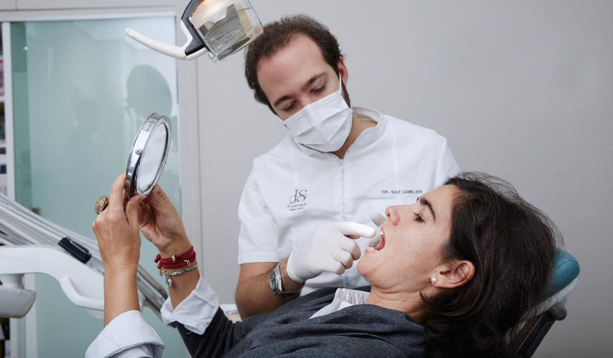Ponte en manos de especialistas en implantología dental si has perdido un diente.